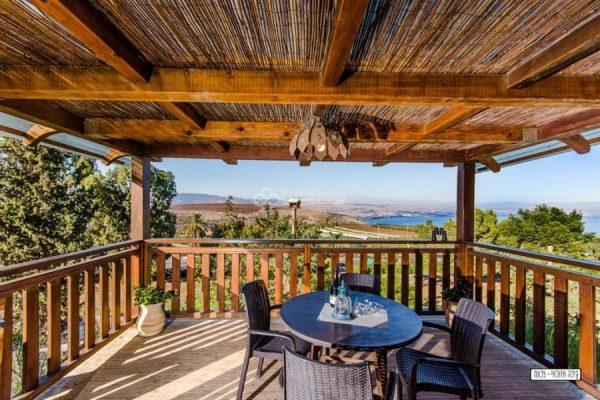 בית עץ עם נוף לכנרת